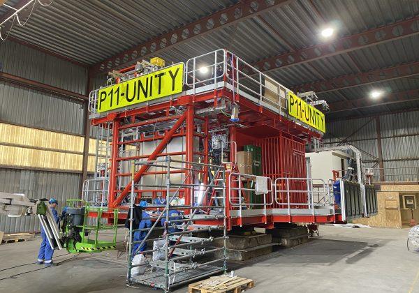 Prefab leidingwerk en installatie in een productieplatform